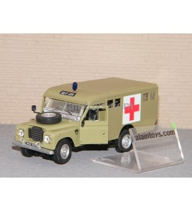 LAND ROVER DEFENDER 109 SERIE III AMBULANCE MILITAIRE CARARAMA 1/43 Ref 251XND10